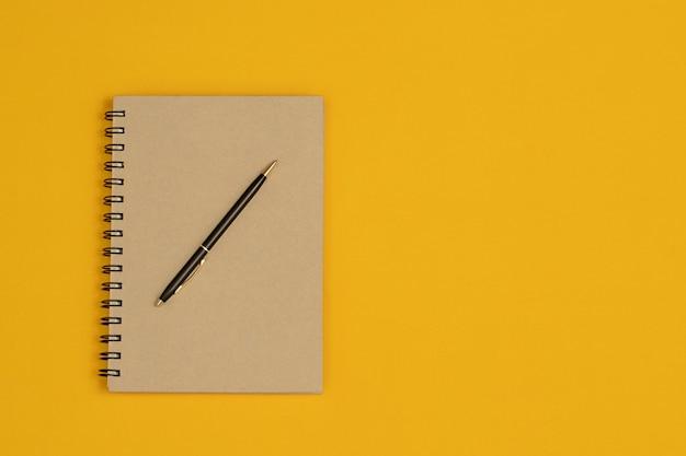 노트북과 펜은 중요한 문서를 저장하는 데 사용됩니다.
