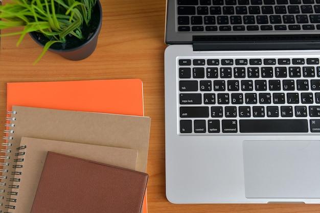노트북 및 태블릿 업무용 책상 위
