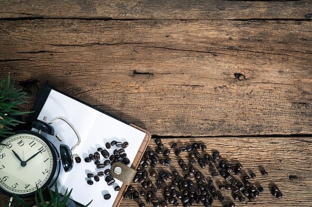 Ноутбуки, часы и кофейные зерна на виде сверху
