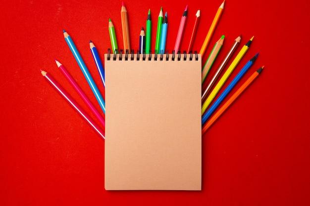 メモ帳と色鉛筆、作業スペースの文房具