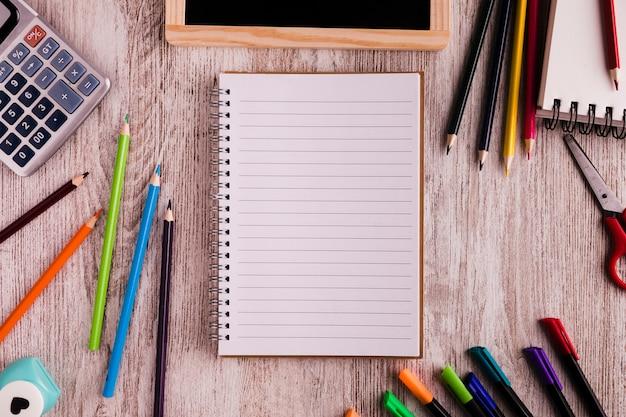 机の上のメモ帳と図面セット