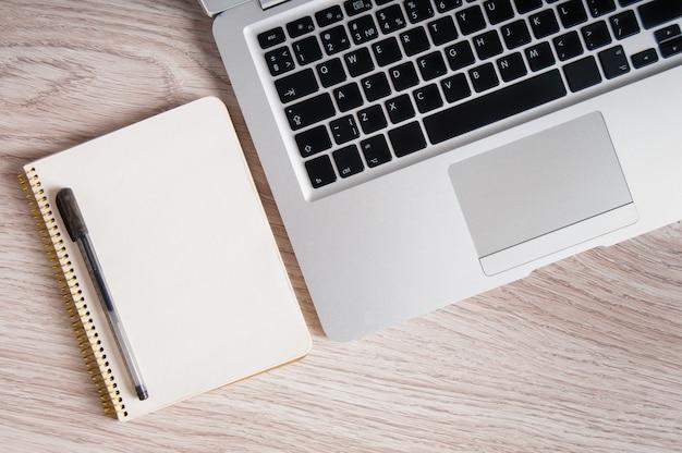 메모장 및 나무 테이블에 노트북