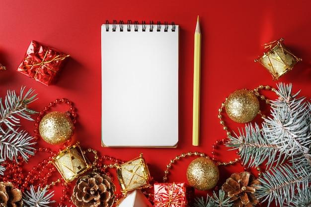 크리스마스 트리 장식 주위에 새해와 크리스마스에 대한 소원과 선물을 쓰기위한 메모장과 연필