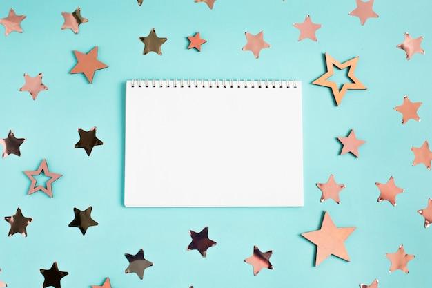 青のメモ帳と星の装飾