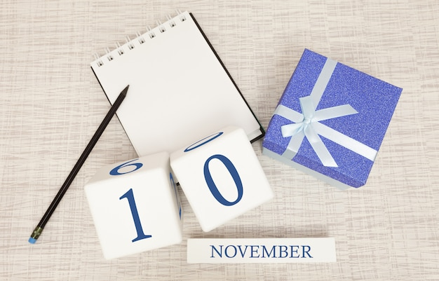 11 월 10 일의 메모장 및 나무 달력