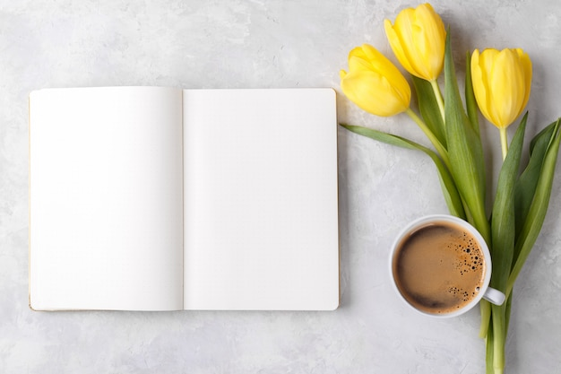 Блокнот кофе и цветы Premium Фотографии