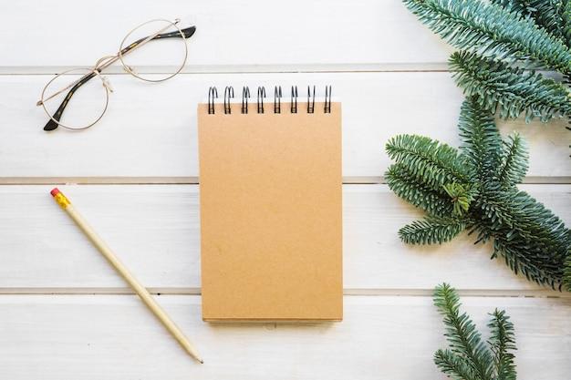 メモ帳、葉、鉛筆、眼鏡