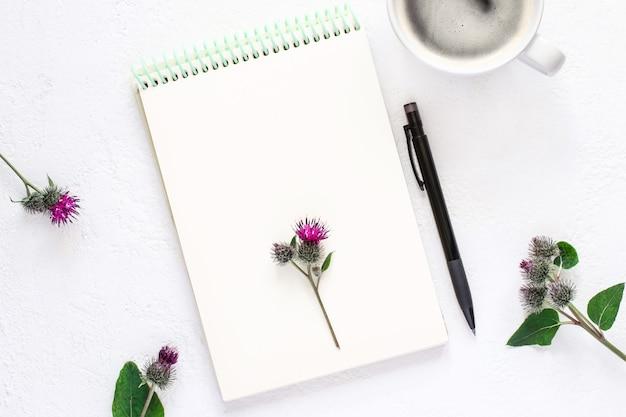 메모장, 커피 한 잔, 흰색 배경에 연필, 평평한 평지.