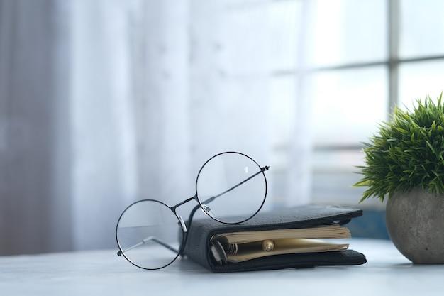 메모장 안경 및 나무 테이블에 연필