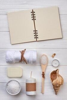 흰색 책상에 복사 공간 및 욕실 액세서리용 메모장