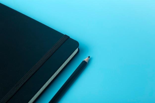 Блокнот для заметок на рабочем столе. рабочий стол офиса, концепция управления и времени.