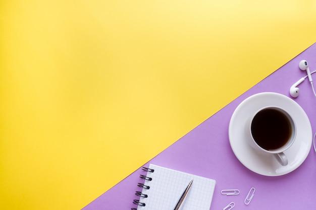 テキストとコーヒーカップのメモ帳
