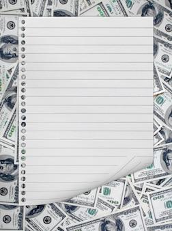 紙幣の背景に分離されたメモ帳