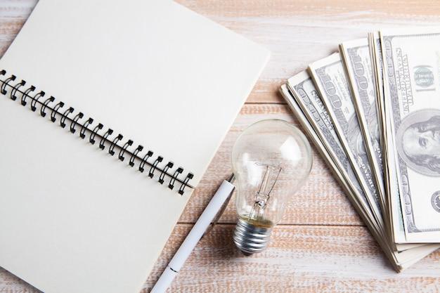 メモ帳、電球、お金