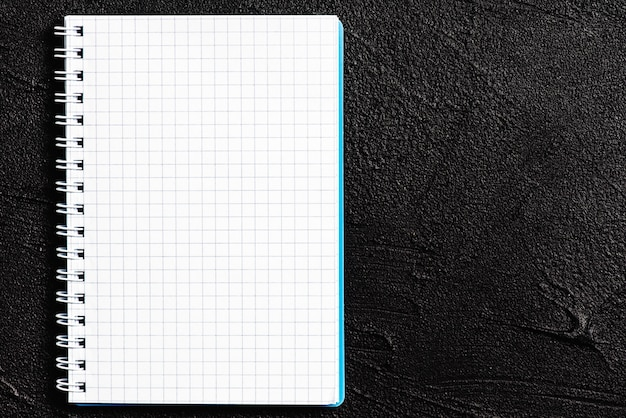 黒い背景にあるメモ帳