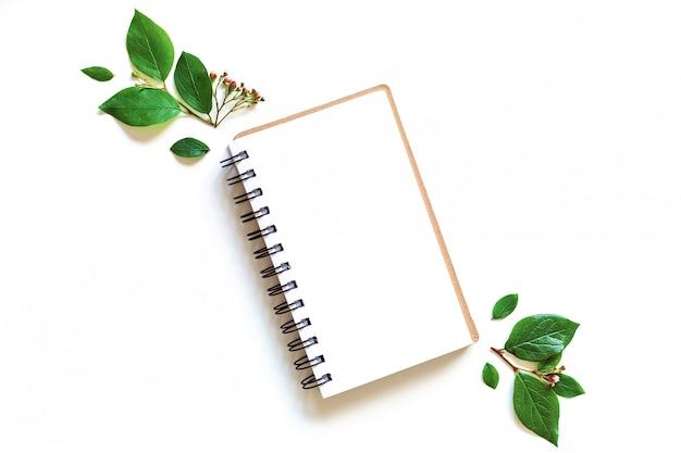 Блокнот макет листья в стиле бумажного искусства на зеленом