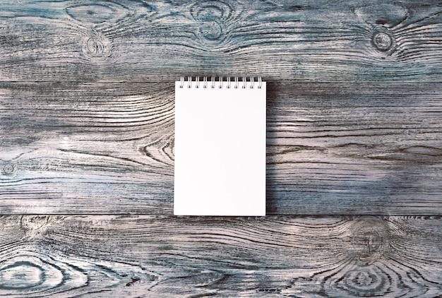 Блокнот на натуральной серо-голубой деревянной поверхности