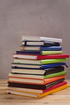 Блокнот или бумажный блокнот на деревянном столе фоне поверхности стола