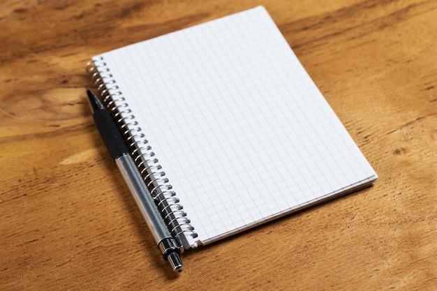 Blocco note sul tavolo con una penna