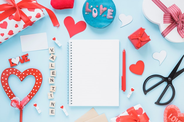 Blocco note tra titolo di san valentino e decorazioni diverse