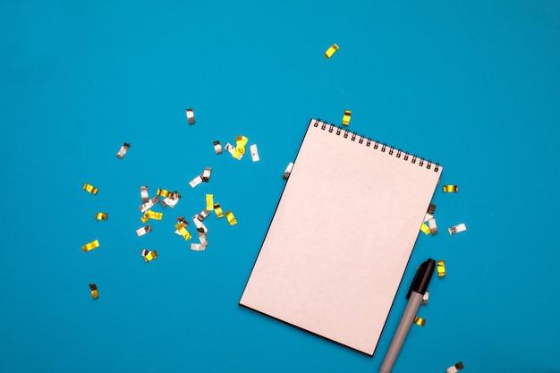 Блокнот со списком желаний на синем фоне