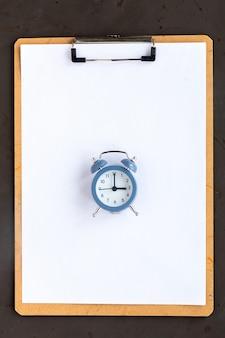 종이와 알람 시계가있는 메모장. 평면도