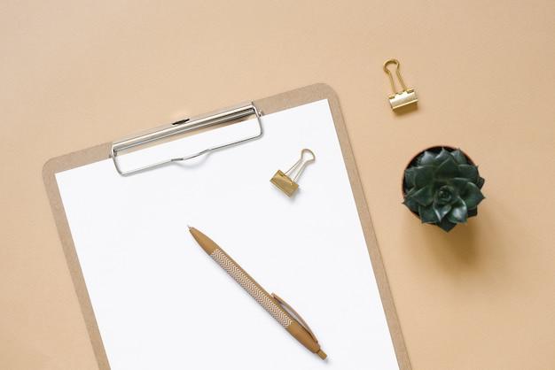 Блокнот с ручкой и суккулентом