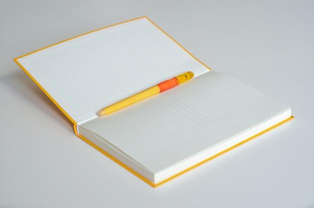 空白の背景にペンでメモ帳