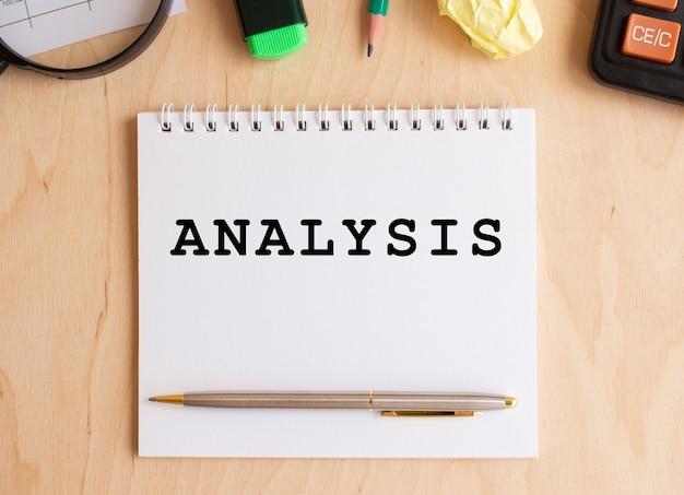 Блокнот с текстом анализ на деревянном столе. бизнес-концепция.