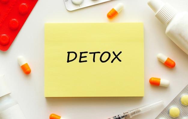 Блокнот с текстом detox на белом фоне. медицинская концепция.