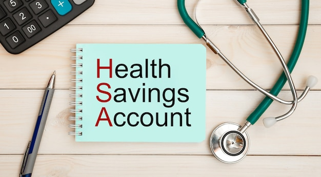 Блокнот с текстом сберегательный счет здоровья hsa, калькулятор и стетоскоп