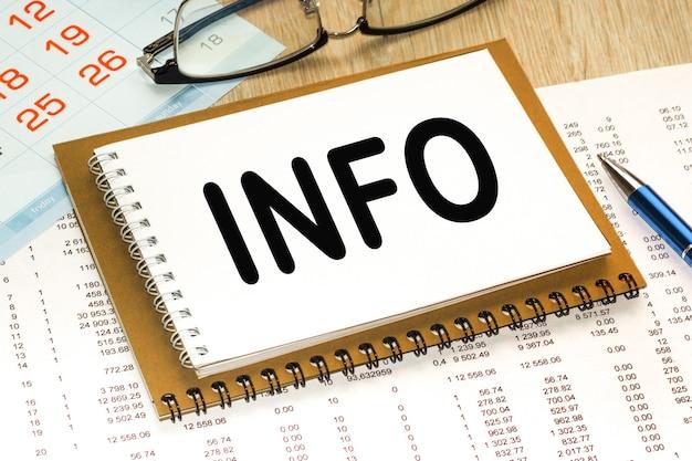 Блокнот с текстом info. офисный стол. бизнес-концепция