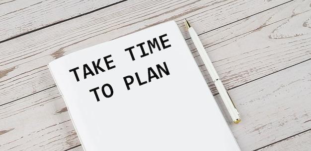 Take time to play라는 텍스트가 있는 메모장. 흰색 배경. 비즈니스 개념
