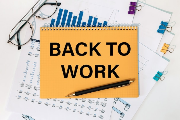 Back to work 문서 펜 및 안경 비문이있는 메모장