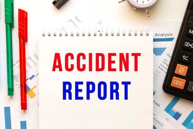 컬러 재무 차트에 accident report 텍스트가있는 메모장