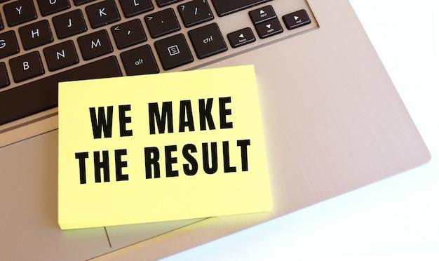 노트북 키보드에 we make the result 텍스트가있는 메모장