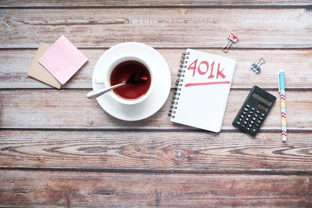 화이트 책상에 단어 k와 메모장을 닫습니다.