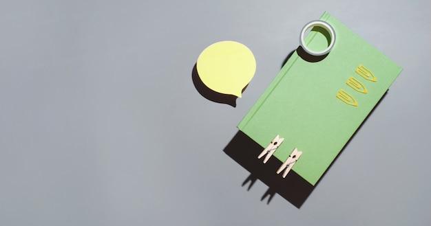 メモ帳の黄色いステッカーと事務用品
