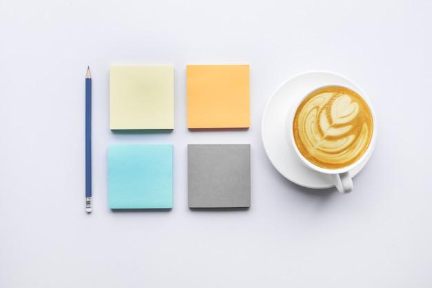 Цвет бумаги для заметок с чашкой кофе. бизнес-идеи идей для мозгового штурма и творчества