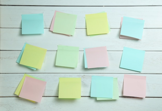 흰색 나무 보드에 sticked notepapers