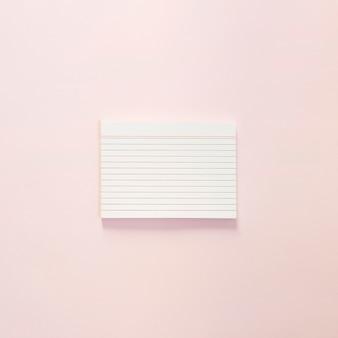 淡いピンク色の表面上のメモ