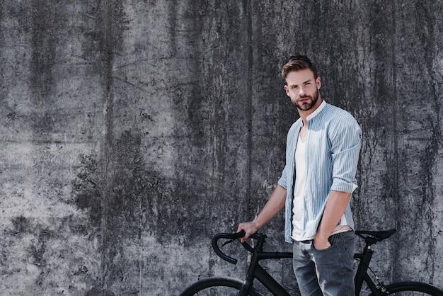 파란색 옷을 입은 잘생긴 갈색 머리의 남자가 자전거를 타는 단순한 즐거움에 비할 바는 아니다.