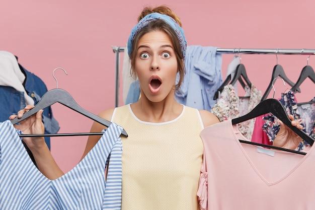 Нечего носить концепцию. подчеркнутая эмоциональная женщина, решающая, какую одежду надеть в кино или ресторане, готовясь к свиданию, испытывает шок и панику, потому что он ничего не может найти в ее гардеробе