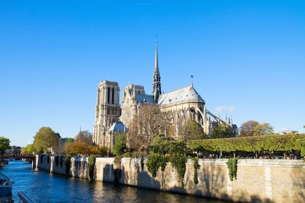 フランス、パリ、セーヌ川のノートルダム