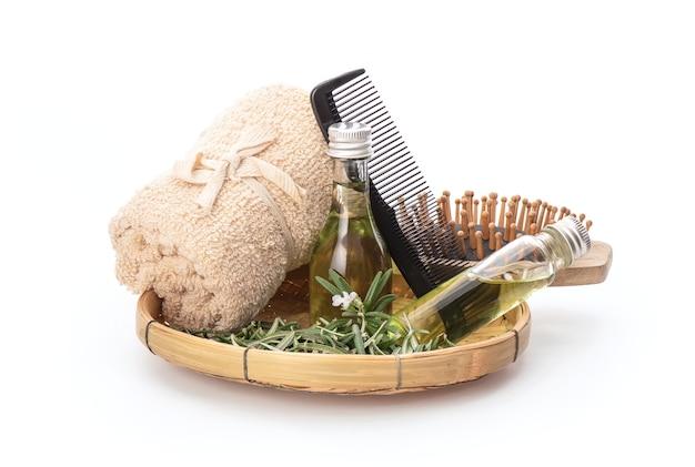 Питайте волосы розмарином и маслом, изолированным на белом.