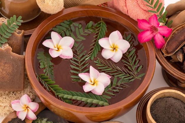 肌、髪に栄養を与え、沸騰したお湯、タマリンドの葉、石鹸で入浴します