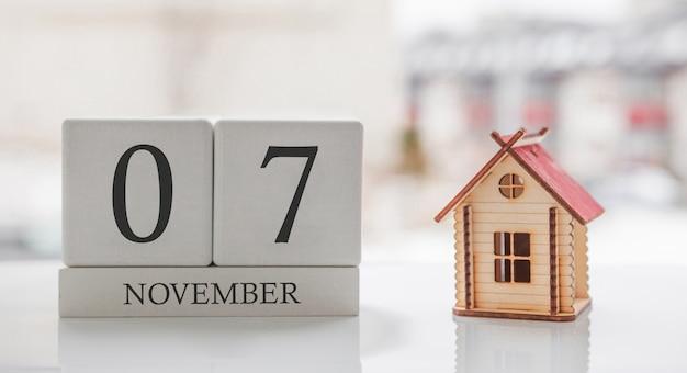 11 월 달력 및 장난감 집. 달의 7 일. 인쇄 또는 기억을위한 카드 메시지