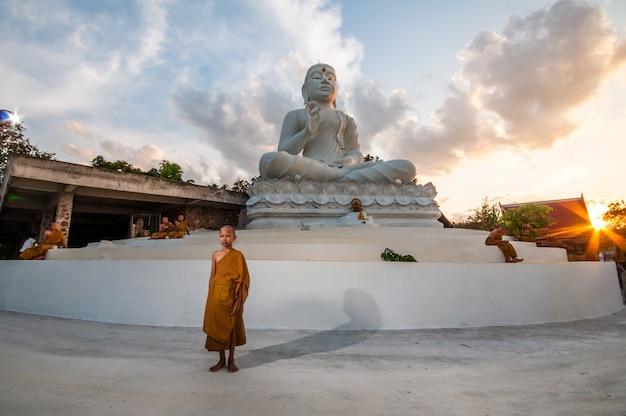 태국에서 부처님 동상의 초심자 불교 승려 프리미엄 사진