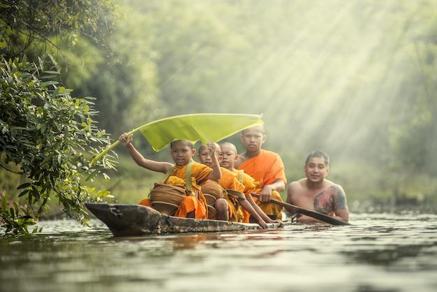 태국에서 부처님 동상의 초심자 불교 승려