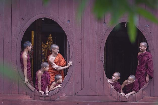 Начинающие монахи в мьянме